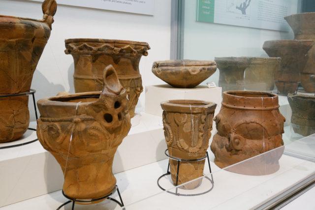 東京都埋蔵文化財センター 展示風景 一部の土器は手に触れることができる