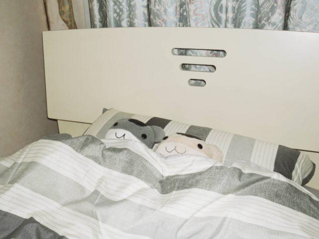 ねずみちゃん色の布団で眠るねずみちゃん
